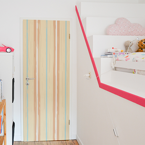 Chambre pour enfant dont la porte est ornée d'un sticker cabine de plage vintage