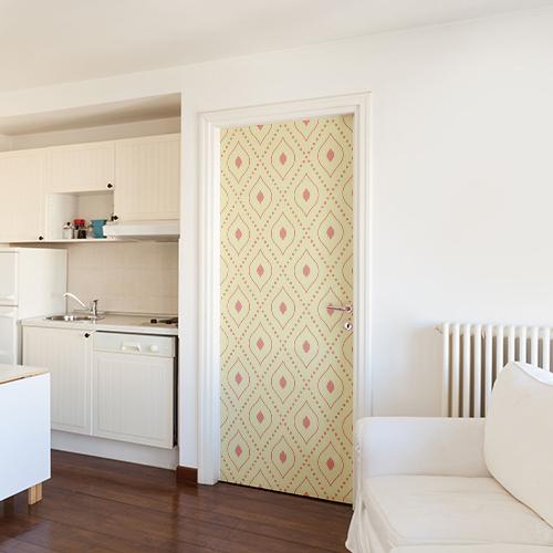 Porte d'entrée près de la cuisine décorée avec un sticker jaune à motif rouge