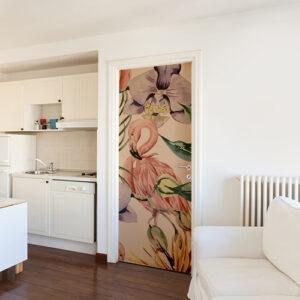 Salle de séjour blanche avec un sticker flamand rose créant le contraste collé sur la porte