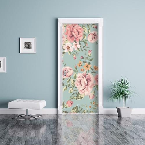 Pièce bleue avec un sticker autocollant fleurs roses collé sur la porte