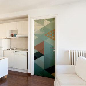 Maison avec une salle à manger blanche dont la porte est ornée par un sticker ardoise bleu et marron