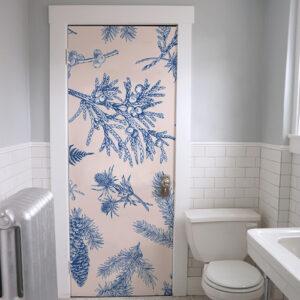 Salle d'eau dont la porte est ornée d'un sticker adhésif plantes bleues