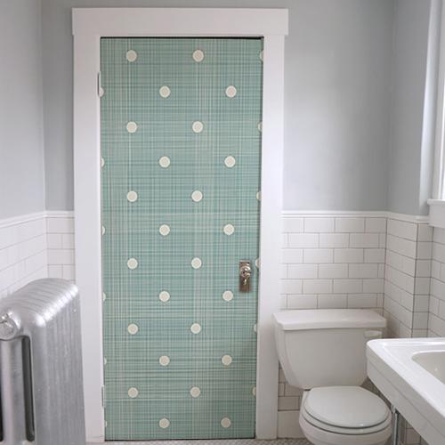 Sticker autocollant vert à pois banc collé sur la porte des WC
