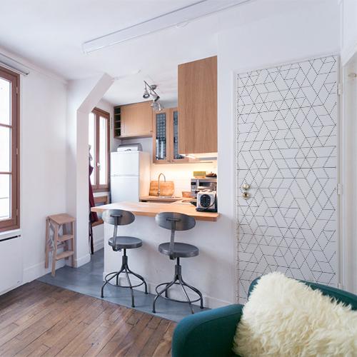 Petit appartement bien agencé avec un sticker adhésif motifs géométriques collé sur la porte