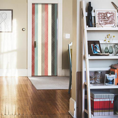 Salle à manger déco blanche avec une porte décorée par un sticker autocollant bandes multicolores