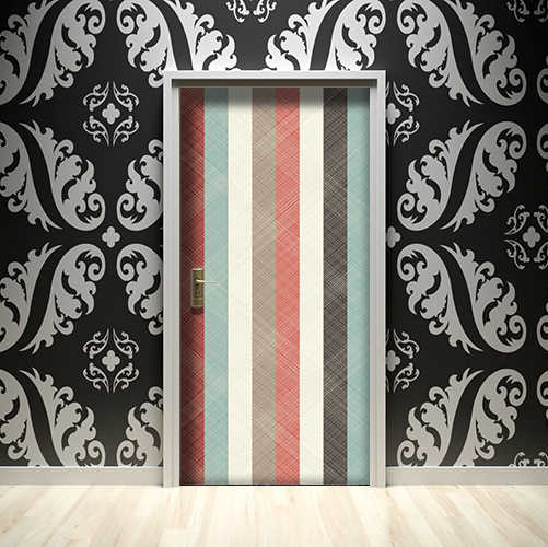 Maison avec des murs noirs dont la porte est décorée par des stickers bandes multicolores
