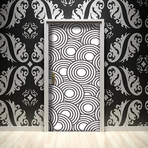 Salle de séjour richement décorée avec un sticker autocollant ronds noirs et blancs collé sur la porte