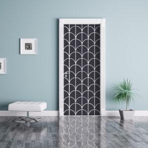 Sticker décoratif autocollant écailles de poissons noires et blanches collés sur une porte dans une pièce à vivre bleue