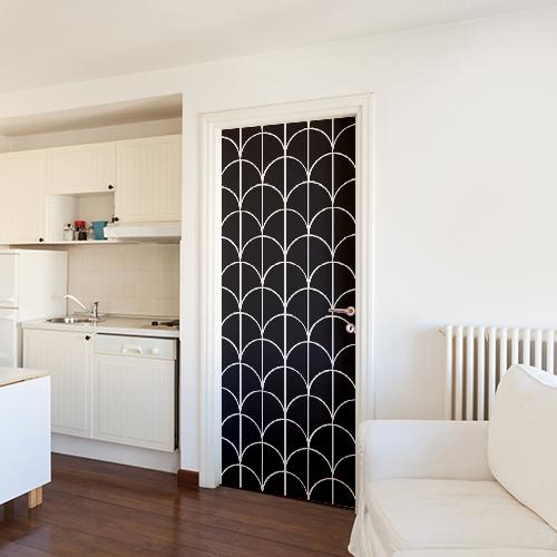Salle de séjour blanche avec un sticker autocollant décoratif écailles noires collé sur la porte