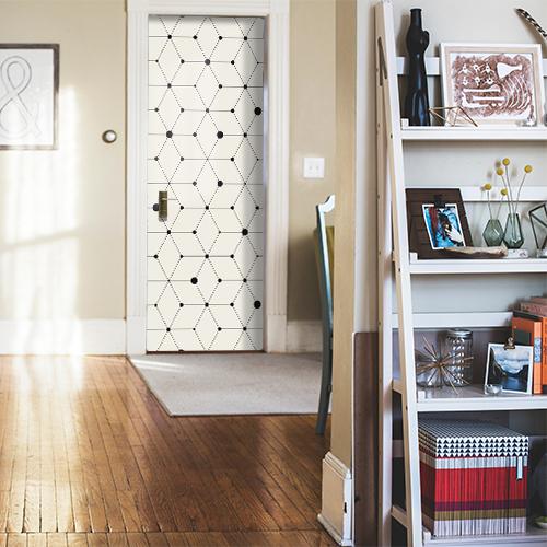 Maison normale dont la porte est ornée d'un sticker autocollant décoratif noir et blanc motif géométrique