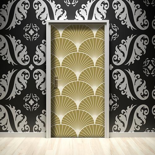 Sticker adhésif décoratif modèle éventails dorés collé sur une porte entourée de murs noirs