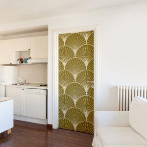 Pièce à vivre blanche avec un sticker autocollant décoratif éventails dorés asiatiques sur la porte