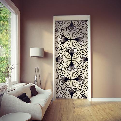 Pièce à vivre moderne dont la porte est mise en valeur par un sticker autocollant éventails blanc et noir