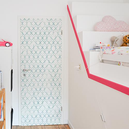 Chambre pour enfants dont la porte est décorée par un sticker autocollant ruche végétale en 3D