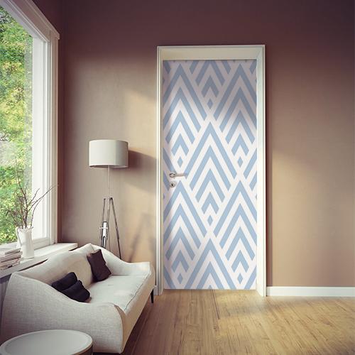 Pièce à vivre moderne dont la porte est décorée par un sticker adhésif chevrons blancs