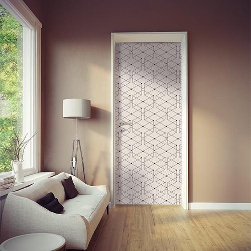 Pièce à vivre moderne éclairée dont la porte est mise en valeur par un sticker géométrique blanc et noir