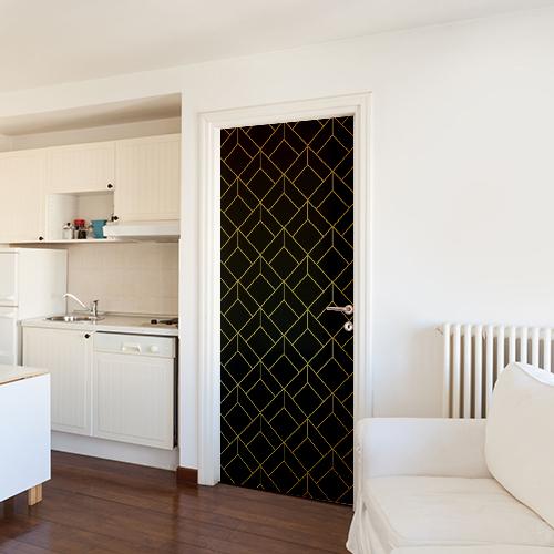 Salle de cuisine blanche avec un sticker déco noir et or collé sur la porte