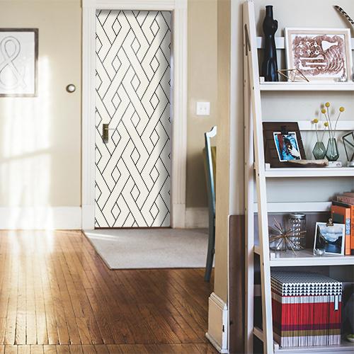 Sticker autocollant décoratif motif géométrique pour portes collé sur la porte d'une maison bien rangée