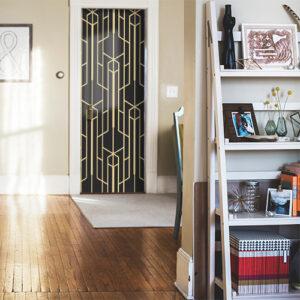 Maison bien rangée dont la porte d'entrée est décorée avec un sticker adhésif autocollant modèle noir et or