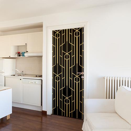 Petit sticker autocollant noir et or collé sur la porte d'un petit stuido blanc