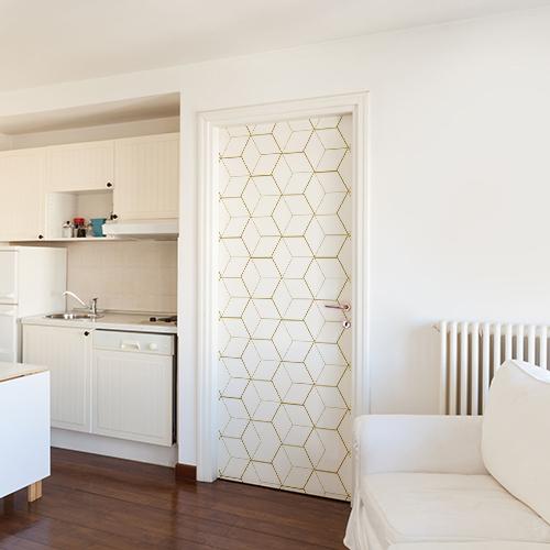 Pièce à vivre moderne et originale avec une porte orné d'un autocollant modèle cubes en 3D blancs et or