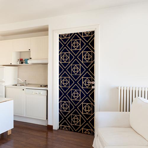 Studio spacieux dont la porte d'entrée est mise en valeure pas un sticker autocollant décoratif modèle noir et or formes géométriques