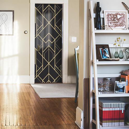 Sticker élégant noir et or collé sur la porte d'entrée d'une maison