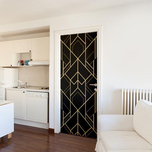 Sticker décoratif autocollant motif noir et or collé sur la porte d'entrée d'un stuido spacieux
