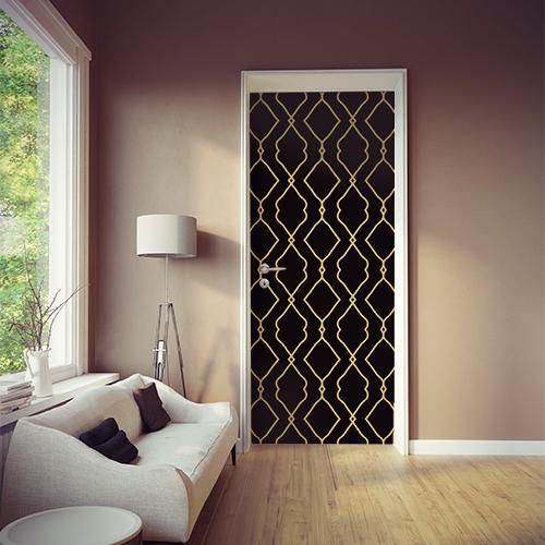 Salle de vie moderne et agencée aevc un sticker Renaissance noir et or collé sur la porte
