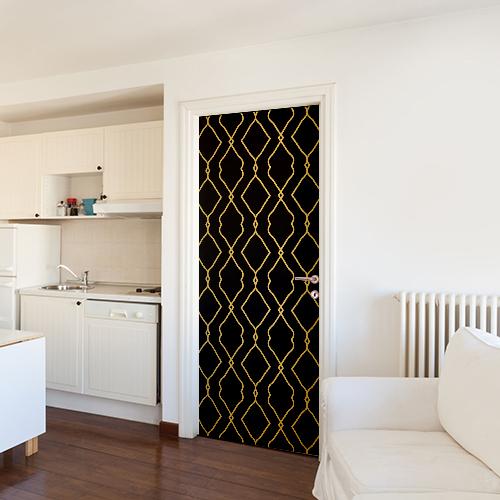 Studio classique blanc avec un sticker autocollant motif Renaissance noir et or collé sur la porte d'entrée