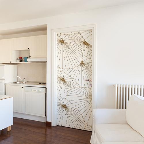 Stuido spacieux blanc avec un sticker asiatique ombrelles collé sur la porte d'entrée