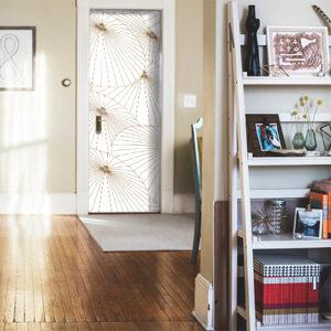 Maison classique dont la porte d'entrée est décorée avec un sticker thème Asie modèle Ombrelles blanches et or