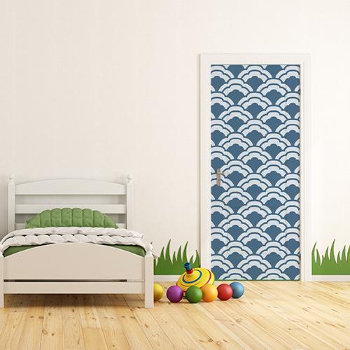 Chambre de jeune enfant avec un sticker autocollant écailles de poissons bleu sur la porte
