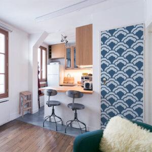Sticker adhésif autocollant écailles de poissons bleues thème Asie collé sur la porte d'entrée d'un petit studio moderne qui s'accorde avec le sol gris clair de la salle à manger