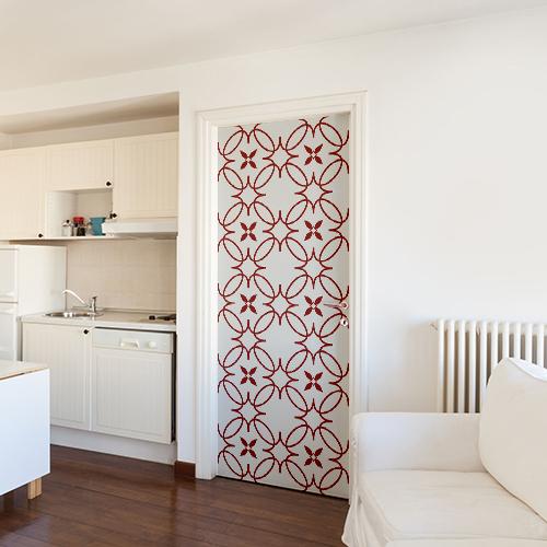 Studio blanc spacieux et décoré avec un sticker autocollant imitation céramique rouge et blanche sur la porte