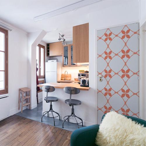 Studio adhésif et décoratif imitation céramique blanc et orange collé sur la porte d'un petit stuido moderne et cosy