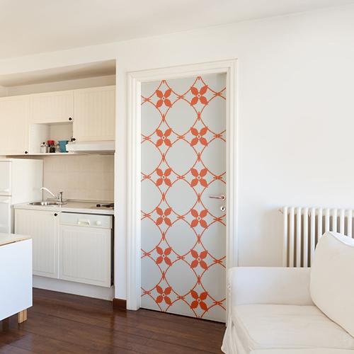 Grand studio blanc dont la porte est décorée par un autocollant céramique blanc et orange