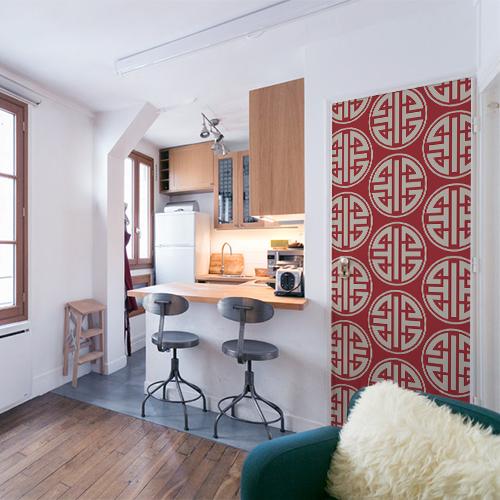 Petit appartement décoré avec un sticker autocollant motif asiatique blanc et rouge collé sur la porte d'entrée