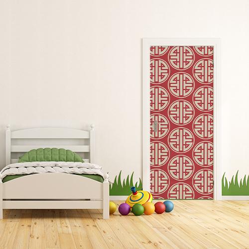 Sticker adhésif chinois blanc sur fond rouge collé sur la porte d'une chambre d'enfants