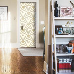 Maison classique dont la porte d'entrée est décorée par un sticker autocollant éventails dorés