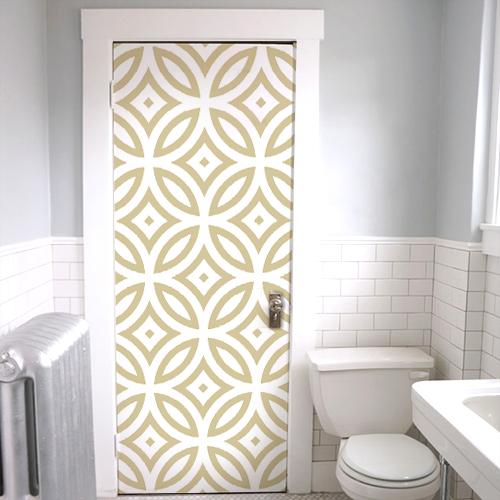 Sticker autocollant frise géométrique dorée et blanche collé sur la porte des WC avec rosace et formes rondes et losanges