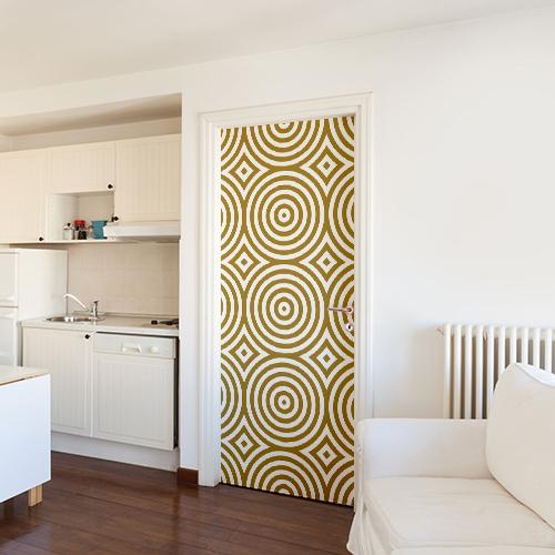 Appartement moderne blanc dont la porte est décorée avec un sticker autocollant ronds dorés
