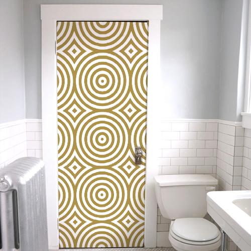 Sticker adhésif autocollant ronds dorés collé sur la porte des WC
