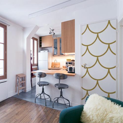 Petit studio bien agencé dont la porte d'entrée est décorée avec un sticker autocollant écailles de dragon doré grandes écailles dorées cosy design et modern