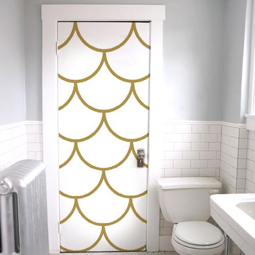 Sticker adhésif écailles de dragon blanche et dorée collé sur la porte des toilettes