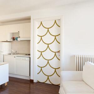 Grand appartement blanc avec des écailles de dragons blanches et dorées collées sur la porte d'entrée