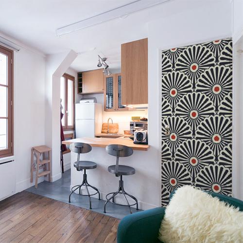 Petit appartement avec un sticker autocollant tri-colore collé sur la porte