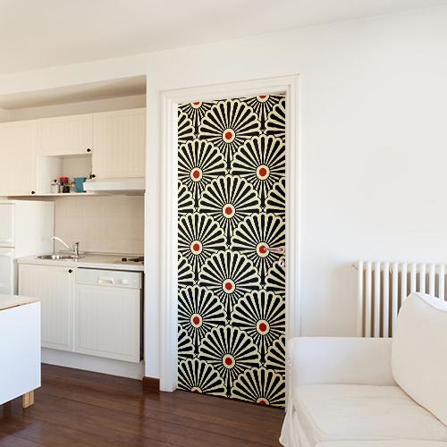 Porte d'entrée d'un studio décorée avec un sticker éventail tri-colore