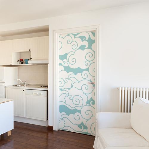 Appartement grande taille dont la porte est décoré avec un sticker autocollant nuages blancs