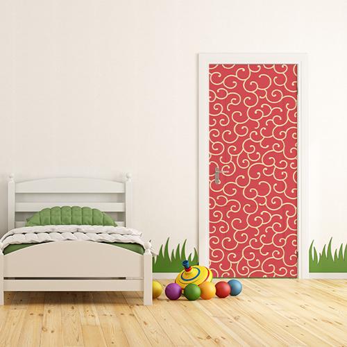 Petite chambre pour enfant avec une porte décorée par un sticker arabesque rouge